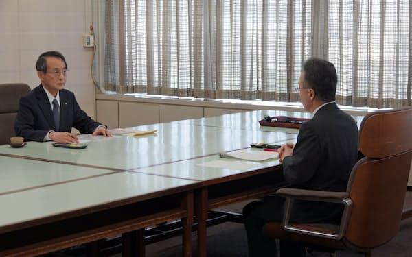 福井県の杉本知事(手前)と面会する関西電力の森本新社長(31日、福井県庁)