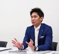 記者会見するマクビープラの小嶋雄介社長