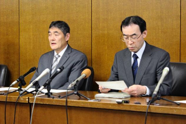 看護師の感染について説明する静岡病院の小野寺知哉病院長(左)と加治正行保健所長