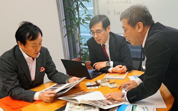 自分史作成に取り組むアクタス税理士法人の千葉さん(中)ら(3月、東京・赤坂)