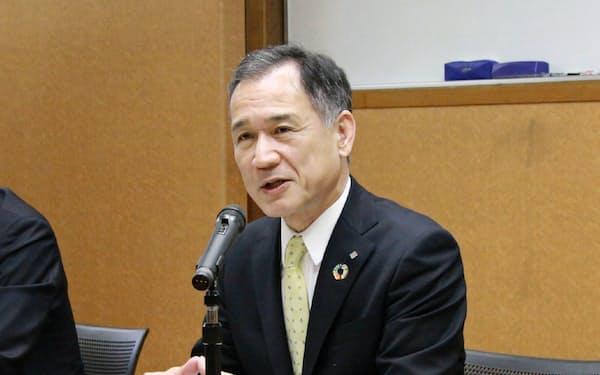 記者会見する中国銀の加藤頭取(31日、岡山市)