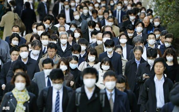 マスク姿で通勤する大勢の人たち(3月、東京都中央区)=共同