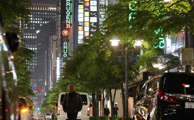 自粛ムードで人通りが少ない銀座の並木通り(31日、東京都中央区)