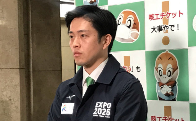 記者団の取材に応じる吉村知事(31日、大阪府庁)