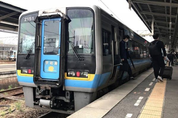 新型コロナウイルス感染拡大の影響もあり、JR四国は経営計画の見直しが迫られる(31日、松山駅で)
