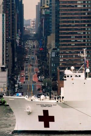 マンハッタンに入港する病院船「コンフォート」(ニューヨーク市)=ロイター