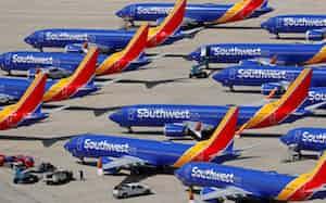 需要急減で空港に停止したままの航空機(カリフォルニア州)=ロイター