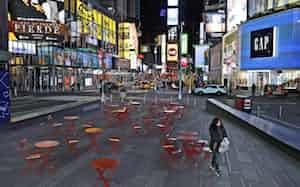 ニューヨークのタイムズスクエアは人影がまばら=AP