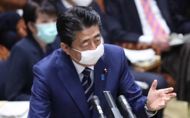 参院決算委で新型コロナウイルスへの対応について答弁する安倍首相(1日午前)