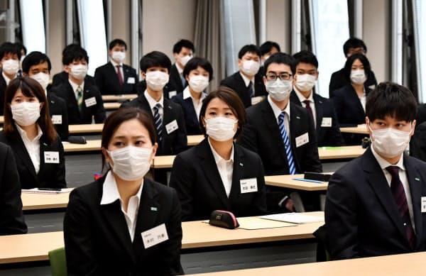 マスク姿で入社式に出席した大日本住友製薬の新入社員(1日、大阪市中央区)
