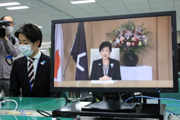 入都式が中止となり、小池東京都知事の動画メッセージを見る新入職員(1日、都庁)