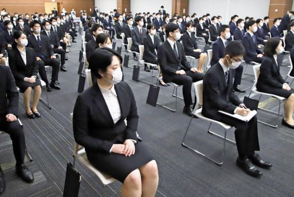 新型コロナ対策で間隔を空けて着席し、入行式に臨む西日本シティ銀行の新入行員(1日、福岡市中央区)