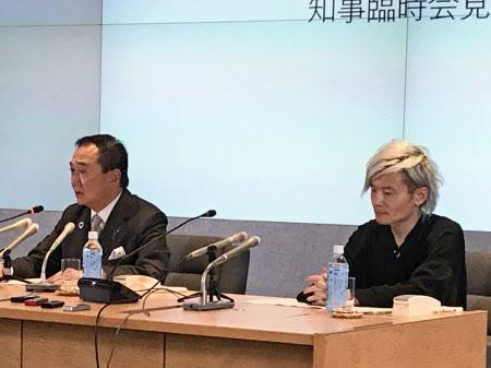 新型コロナウイルスの重点医療機関の設置を発表した神奈川県の黒岩祐治知事(左)(1日、神奈川県庁)