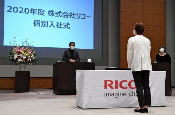 新型コロナウイルス感染防止のため、個別に距離を取って行われたリコーの入社式(1日、東京都大田区)