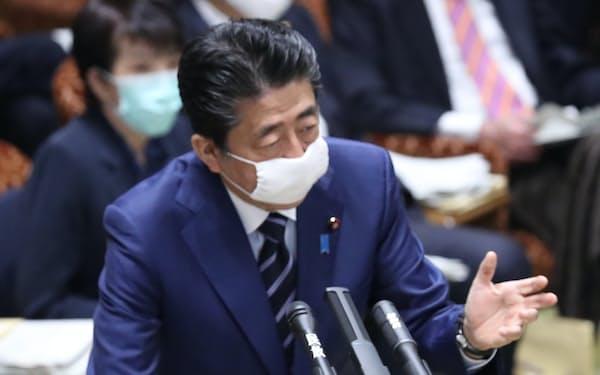 首相はマスク着用のまま答弁した