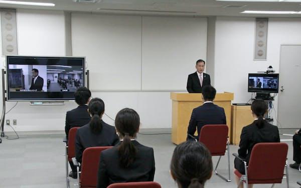 中国銀行は本店会議室での入社式を12カ所へライブ配信した(1日、岡山市)