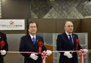 TRYパートナーズの開設式典を開いた山形銀行の長谷川吉茂頭取(左)と飯野直社長(1日、山形市)