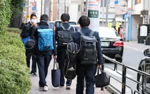 自宅学習に向けて教材を持ち帰る生徒ら(東京都台東区)