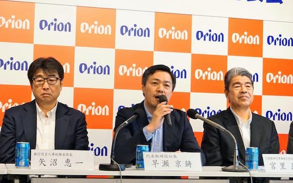 中期経営計画を発表する早瀬CEO(中央、3月27日、那覇市)