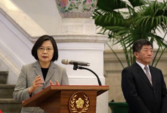 記者会見する台湾の蔡英文総統(左)(1日、台北市の総統府)