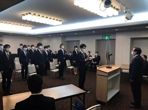 マスク着用で参加したあいの風とやま鉄道の新入社員ら(富山市)