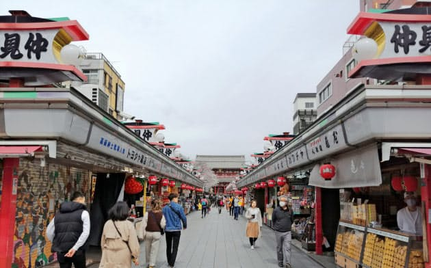 外出自粛ムードが広がり、影響を受けている事業者は多い(3月27日、東京・浅草)