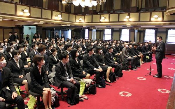 神奈川県庁では黒岩祐治知事(右)らがマスクを着用して辞令交付式を開いた(1日、横浜市)