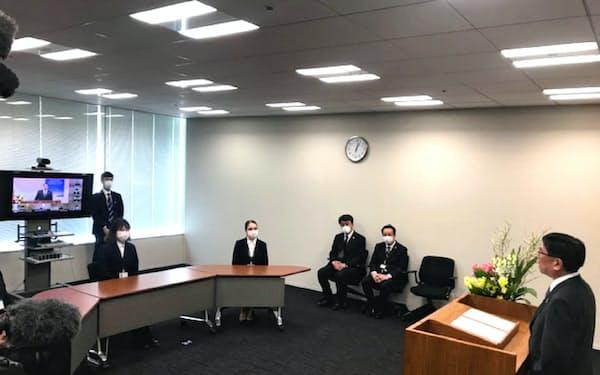 北洋銀行の安田光春頭取(右)はテレビ会議システムで新入行員にあいさつした(1日、北洋銀行本店)