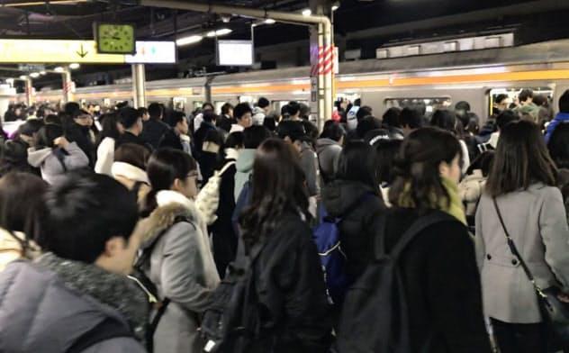 TDRの閉園と退勤時間が重なり、混雑するJR舞浜駅ホーム(2018年)