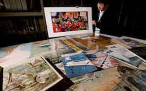石川さんが持つのは1877年に東京で開かれた第1回内国勧業博覧会の錦絵(大阪市)