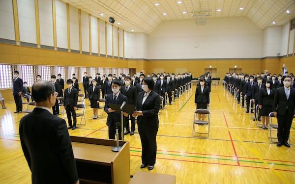 大阪メトロの入社式では新入社員全員がマスクを着用し、社員同士の間隔も前後左右で1.5メートル以上空けた