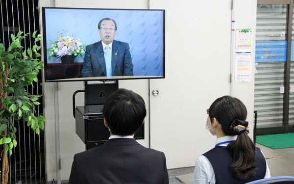 入行式を中止した足利銀行は新入行員向けに支店で松下頭取のメッセージ動画を流した