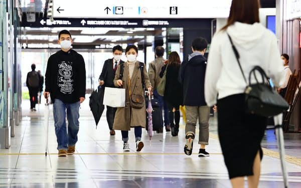 新型コロナウイルスの感染拡大で、普段より旅行客の姿が少ない(1日、JR博多駅)