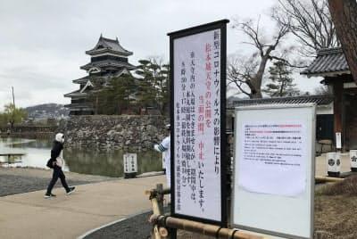 春の観光シーズンを迎えても寂しい状態が続く松本城(1日、長野県松本市)
