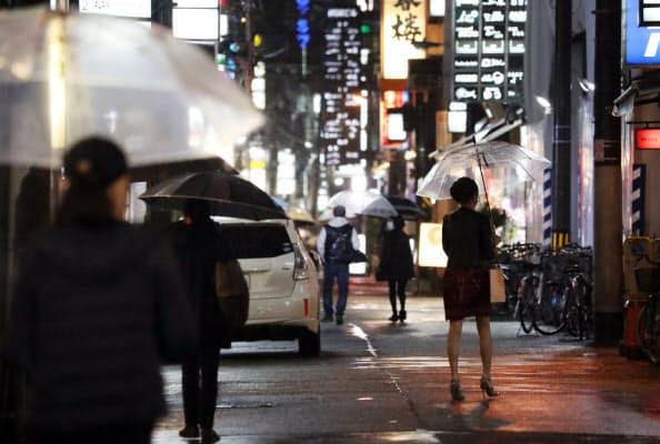 吉村大阪府知事は人が密集する飲食店などの利用自粛を求めている(1日午後、大阪市北区)