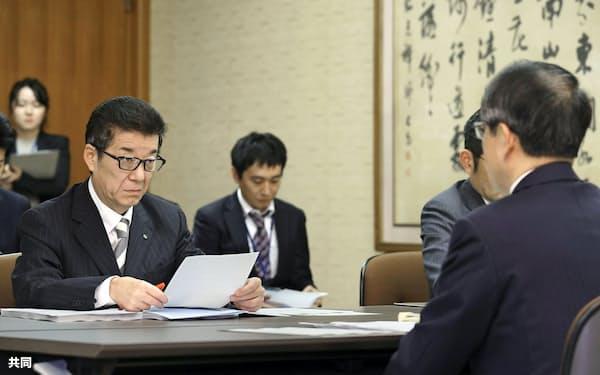 大阪市役所で金品受領問題について森本孝社長(手前)から報告を受ける松井一郎市長(左端)=1日午後、共同