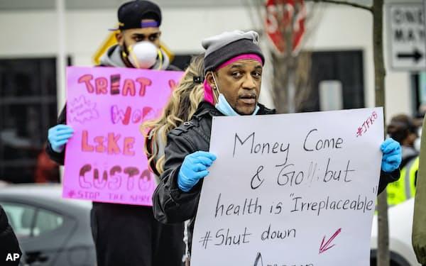 米アマゾンの従業員が労働環境の改善を求めて抗議活動を行った(3月30日、米ニューヨーク市スタテン島)=AP