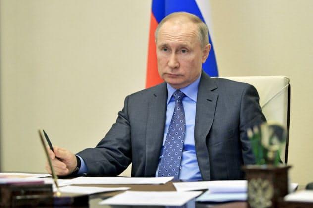 プーチン氏はテレビ電話で閣議に参加し、原油市場の安定に向けた対策が必要と訴えた(1日、モスクワ郊外)=AP