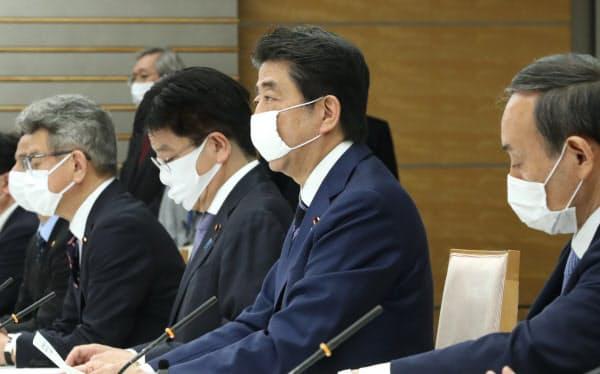 新型コロナウイルス感染症対策本部の会合で発言する安倍首相(1日、首相官邸)