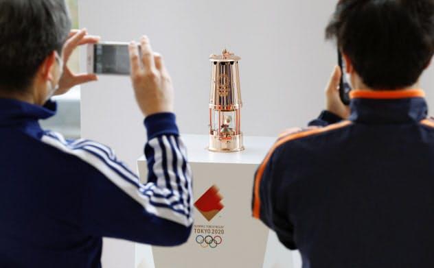 福島県のサッカー施設「Jヴィレッジ」で一般公開された、東京五輪の聖火がともるランタン(2日午前)=共同