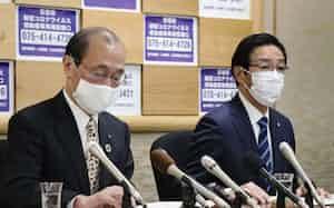 記者会見する京都府の西脇隆俊知事(写真右)と京都市の門川大作市長=2日午前、京都市