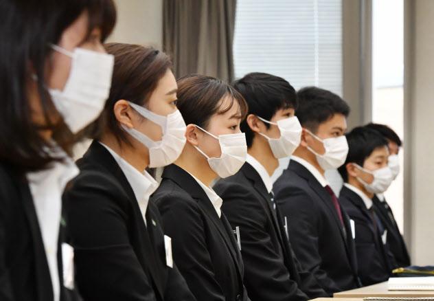 今年は新型コロナ対策のもと行われた入社式が多かった(マスク姿で入社式に出席した大日本住友製薬の新入社員、1日午前、大阪市中央区)
