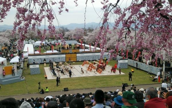 満開の桜のもとでにぎわった人間将棋(19年4月、山形県天童市)
