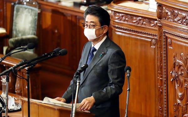 新型コロナウイルスへの対応で、特措法に基づく政府対策本部の設置や東京五輪の延期を報告する安倍首相(2日、衆院本会議)
