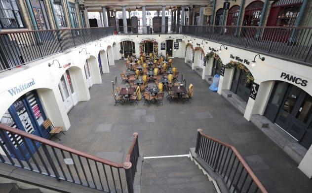 新型コロナウイルス感染懸念のためロンドン中心部の普段は繁華なコベントガーデンのカフェや店舗も人影がなくなった=AP