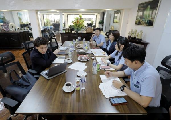 人材受け入れのため、フィリピンの送り出し機関マザーズウェイの担当者(左)と契約手続きの調整をするメディカ出版の担当者(2月、マニラ)