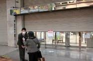 臨時休業した天満屋岡山本店では従業員が来店客への説明に追われた(2日、岡山市)