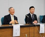 会見するマニーの高井社長(左)と高根沢町の加藤町長(2日、宇都宮市)