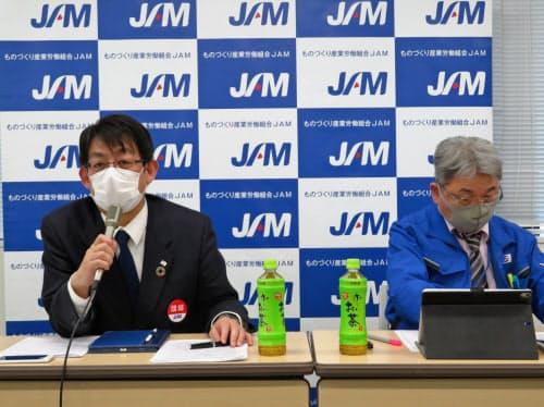 春季労使交渉の結果について記者会見するJAMの安河内賢弘会長(左)ら(2日、東京都港区)