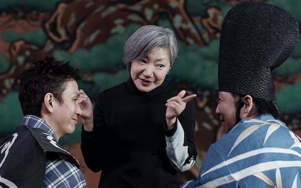 新作「サヨウナラバ」の稽古風景                                                     演出のわかぎゑふ(中)ら